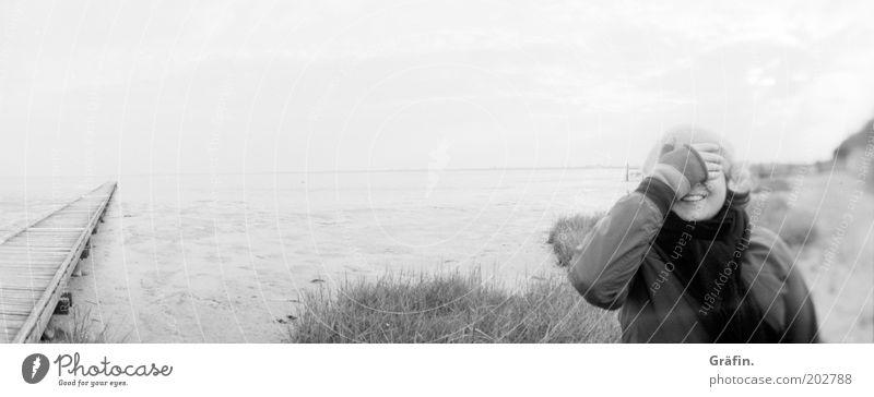 Du siehst mich nicht Mensch Himmel Jugendliche Strand Freude Erwachsene Wege & Pfade Junge Frau Küste grau Glück Horizont Ausflug Fröhlichkeit Lächeln Neugier