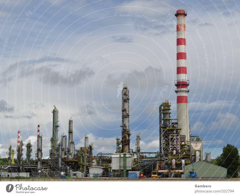 Mineralöl aus der Schanz alt Himmel weiß blau rot Wolken grau hoch Industrie Energiewirtschaft Fabrik silber Schornstein Industrieanlage Klimawandel Produktion