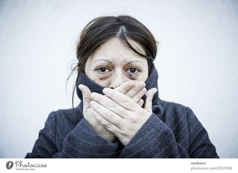 Geschädigte Frau mit beschädigten Augen Gesicht Erwachsene alt weinen Aggression bedrohlich schwarz weiß Schmerz Einsamkeit Angst Entsetzen Stress zwängen