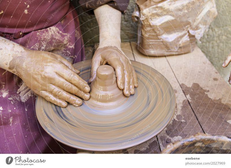 Traditioneller Töpfer Mann Erwachsene Kunst braun Arbeit & Erwerbstätigkeit dreckig Kreativität Idee nass berühren machen Schalen & Schüsseln Basteln Vase