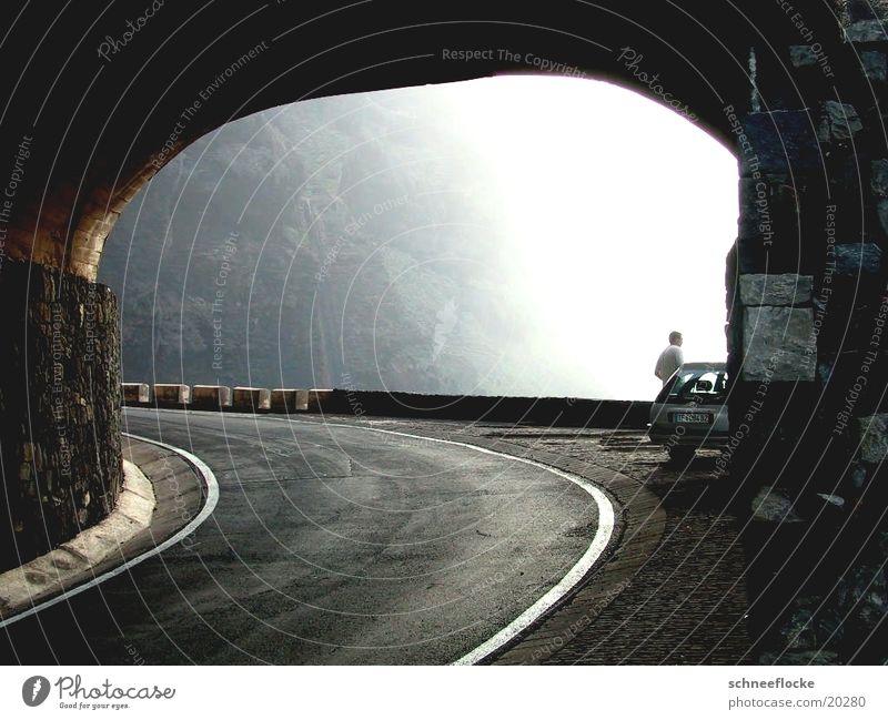 Felsentunnel an der Küste von Teneriffa fahren Europa Straße PKW