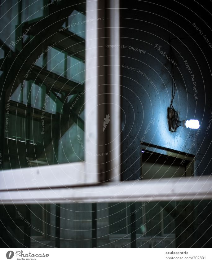 Männerklo blau ruhig Haus schwarz Lampe kalt Fenster dreckig Architektur Tür Treppe trist China Treppenhaus Perspektive
