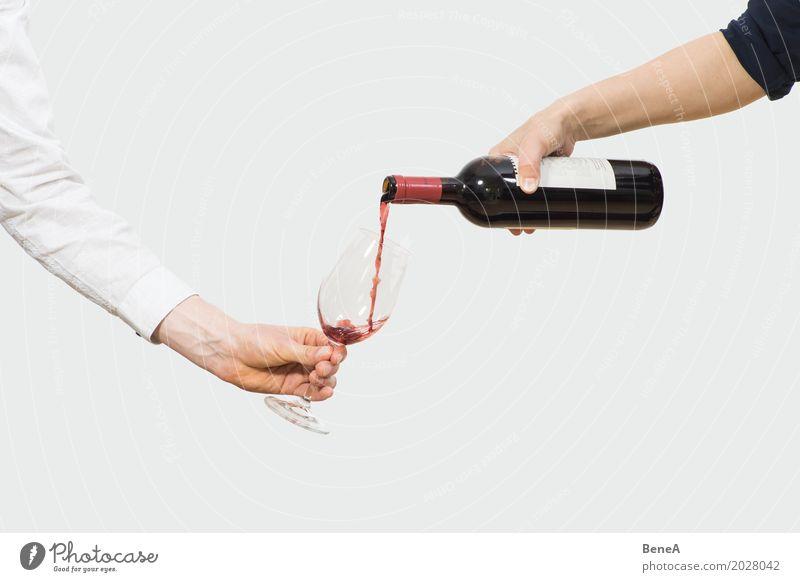 Hände schenken Rotwein aus einer Flasche in ein Glas Abendessen Festessen Getränk trinken Alkohol Wein Rotweinflasche Rotweinglas Weinglas Reichtum elegant Stil