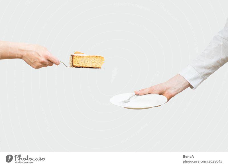 Hände servieren ein Stück Kuchen auf einen Teller Dessert Süßwaren Ernährung Essen Mittagessen Kaffeetrinken Büffet Brunch Festessen Geschirr Gabel