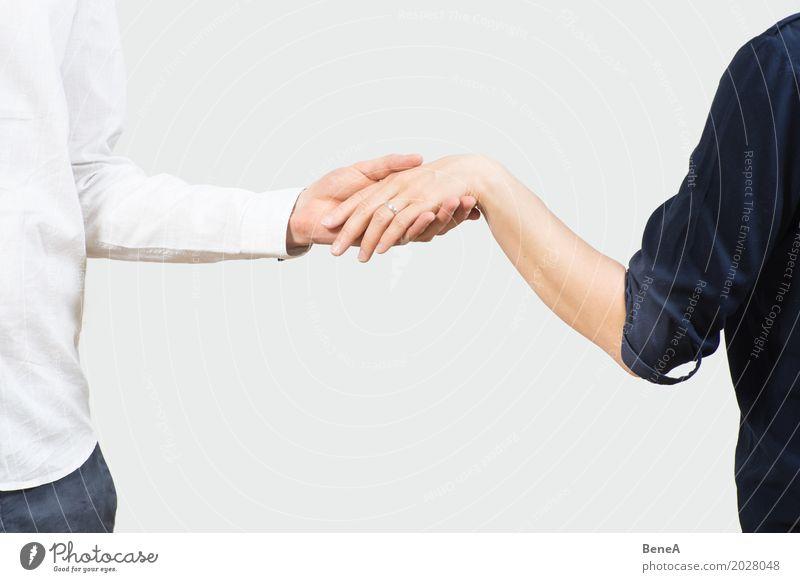 Ein Paar aus Mann und Frau hält Hände mit einem Verlobungsring Mensch Jugendliche Junge Frau Junger Mann Hand Erwachsene Liebe Stil feminin Glück Mode