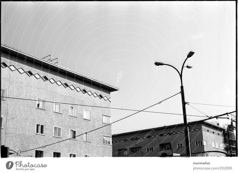 Trist Town Stadt Haus Stil Fenster Hochhaus Verkehr retro Dach Zeichen Ampel Straßenbeleuchtung Straßenkreuzung Straßenbahn stagnierend eckig