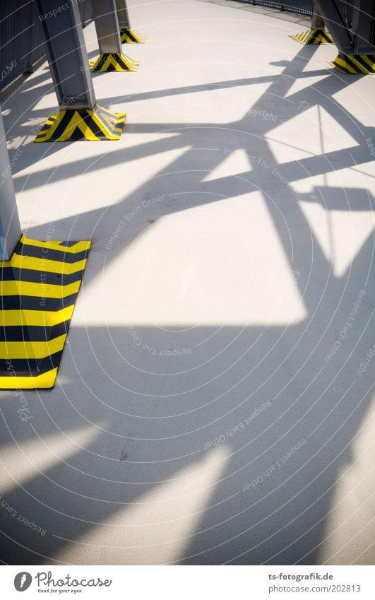Tigerentenroboterfüße II Turm Stahlkonstruktion Warnfarbe Plattform Beton Linie Streifen außergewöhnlich gelb grau schwarz Schattenspiel Synthese netzartig