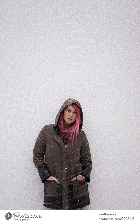 junge Frau mit Tattoos und Piercings Mensch Jugendliche Junge Frau Farbe Einsamkeit 18-30 Jahre Erwachsene Wand Lifestyle Traurigkeit Gefühle feminin