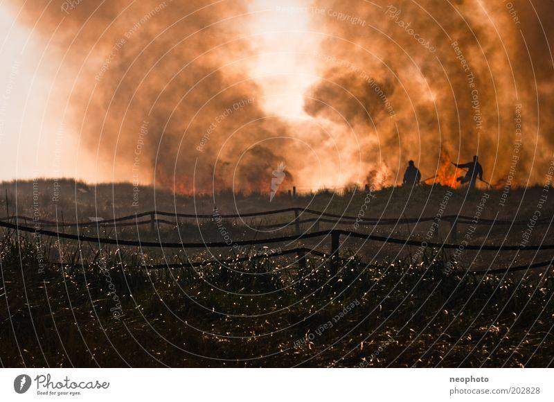 Deichbrand #6 Feuerwehr Feuerwehrmann Brand kämpfen dunkel gefährlich bedrohlich Rauch löschen Farbfoto Gedeckte Farben Außenaufnahme Textfreiraum oben