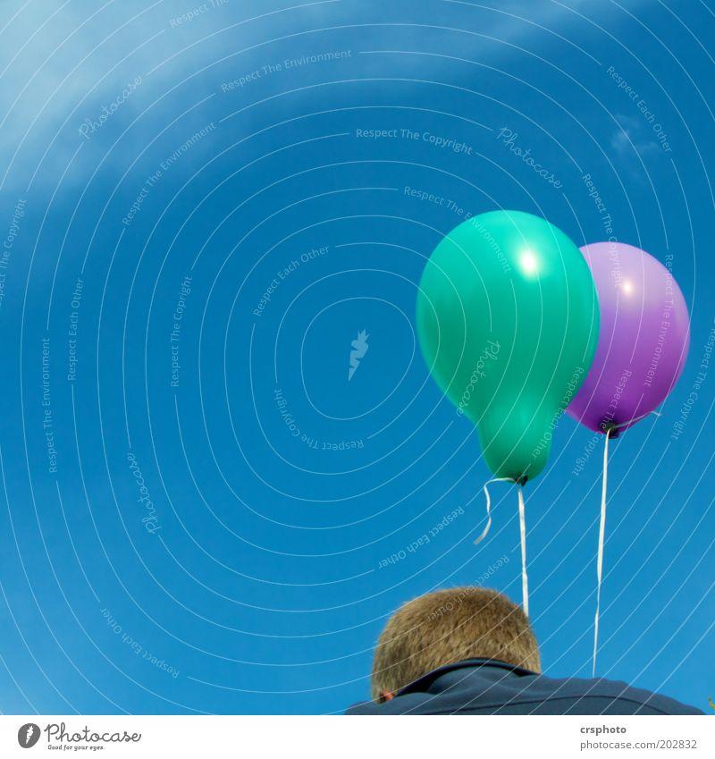 Flugversuch gescheitert Mann grün blau Sommer Freiheit Luft Erwachsene Wetter frisch Luftballon violett Schweben Blauer Himmel Unbeschwertheit Schwerelosigkeit