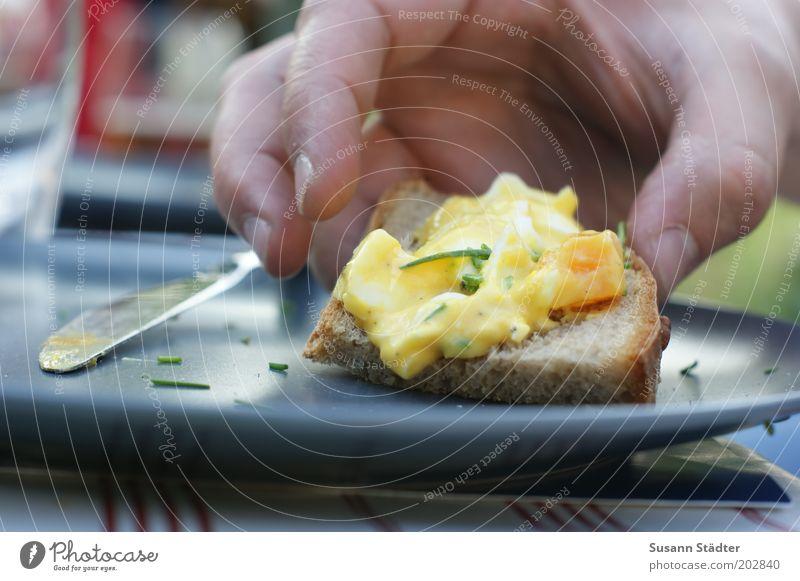 überm Tellerrand Hand Essen Lebensmittel Ernährung Kräuter & Gewürze Appetit & Hunger Geschirr lecker Brot Teller Ei Abendessen Messer Picknick Backwaren greifen