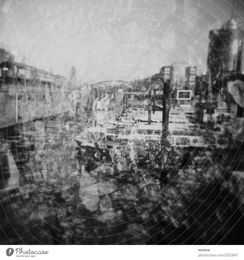 ahoi schlechtes Wetter Eis Frost Hamburger Hafen Baumwall Deutschland Menschenleer Schifffahrt Schwarzweißfoto Außenaufnahme Lomografie Textfreiraum oben Tag