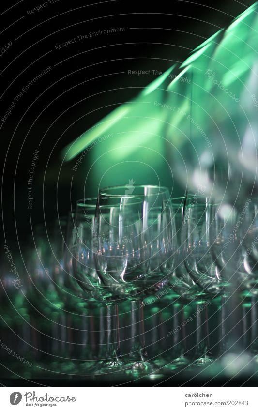 Gläser n II grün grau glänzend Glas leer Sauberkeit Reihe Weinglas aufgereiht unbenutzt
