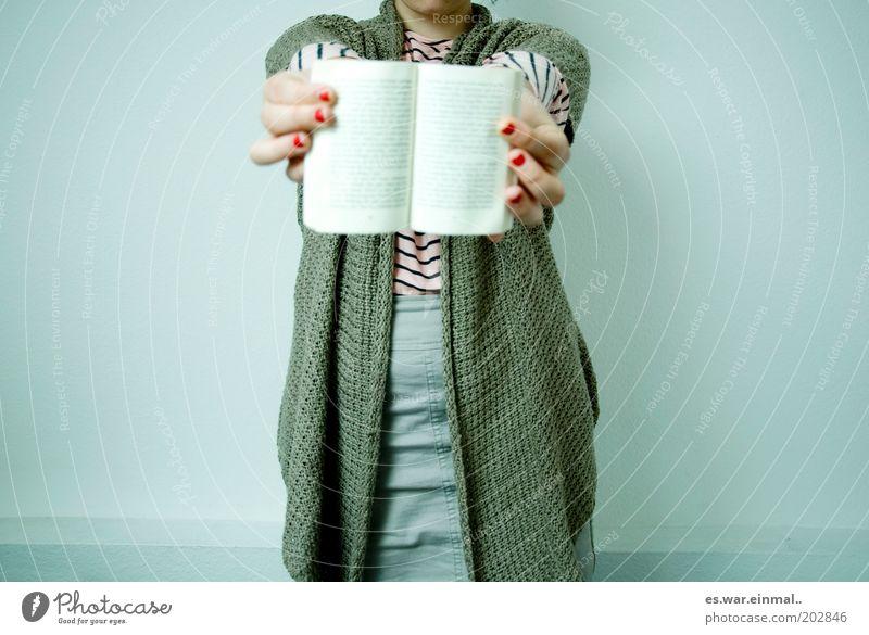 hier stehts doch! Frau Erwachsene 1 Mensch zeigen Buch Hand lesen klug offen Wissen Literatur informieren Leseratte Schule Student Studium Bildung Farbfoto