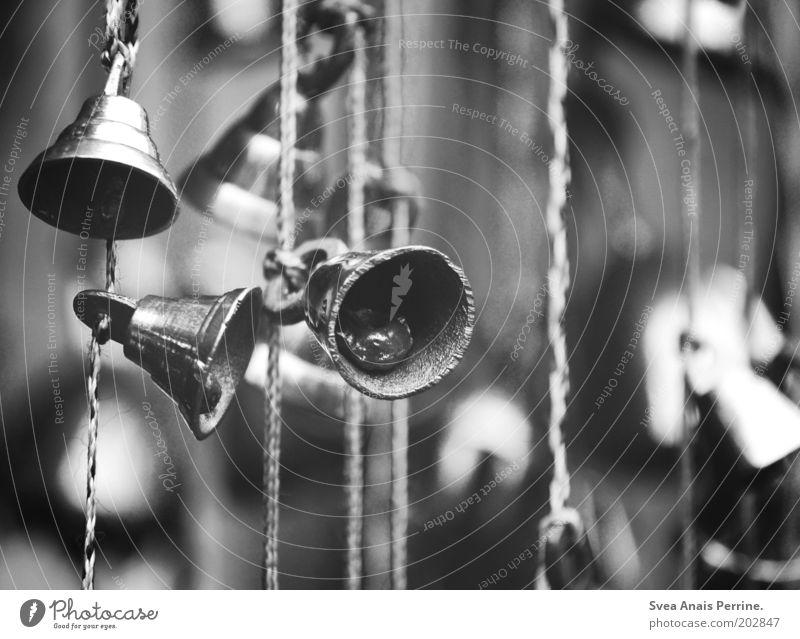 vergangene tage. Spielzeug Metall Schnur hängen Glocke Klingel Windspiel Unschärfe Schwarzweißfoto Menschenleer Glockenspiel Tag