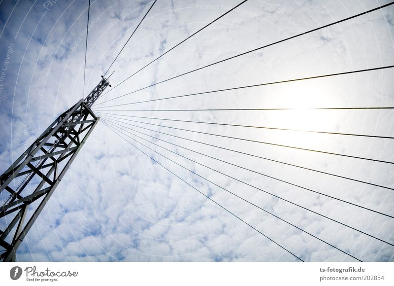 Strahlemann Himmel Sonne Wolken Linie Metall hoch Perspektive Technik & Technologie Medien Telekommunikation Turm außergewöhnlich Stahl Strahlung Bauwerk