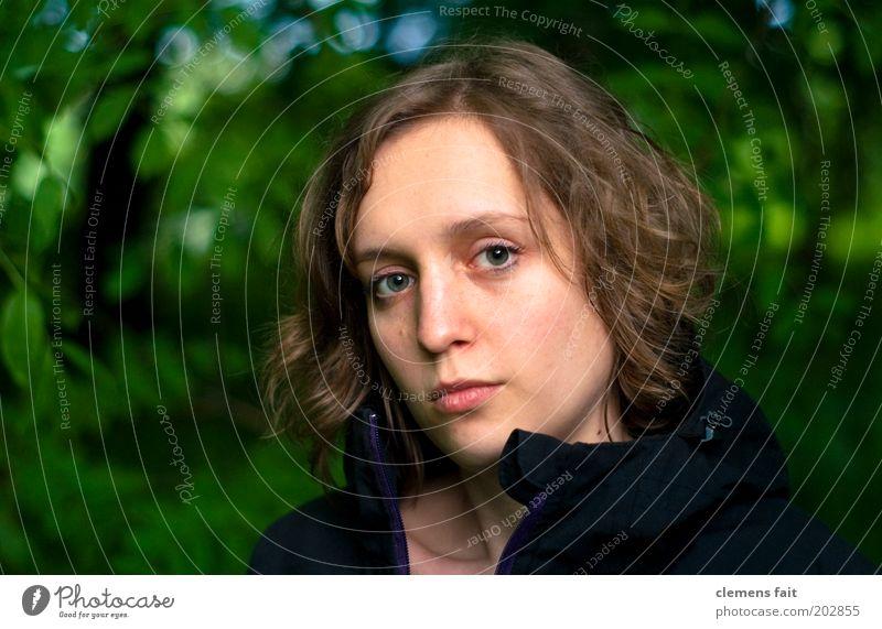 Noch ein Schuss Frau Mensch Jugendliche Gesicht ruhig feminin Kopf blond Erwachsene authentisch Porträt Neugier Scheitel herausfordernd Selbstbeherrschung