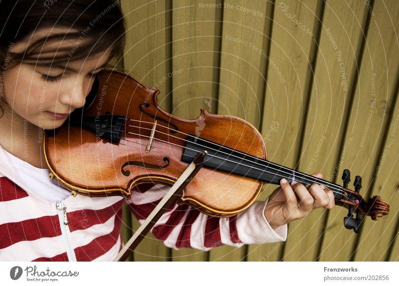 Klavier Mädchen Kindheit Jugendliche 1 Mensch Musik Geige hören lernen Spielen Freude Leidenschaft Freizeit & Hobby Kultur Lebensfreude Streichinstrumente