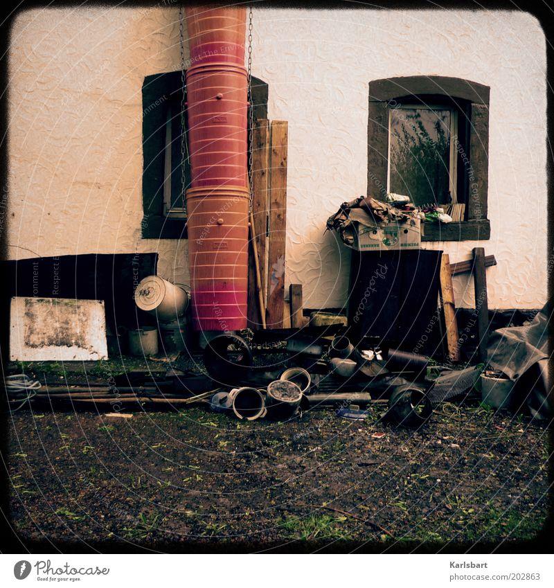 floddern. Haus Renovieren Bauwerk Mauer Wand Fassade Fenster Sammlung chaotisch Sperrmüll Schrott schrottreif Sanieren Fallrohr Farbfoto mehrfarbig
