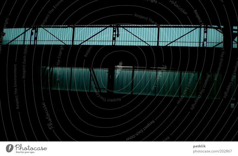 Schwarz zu Blau alt blau schwarz dunkel kalt Halle Industrieanlage industriell Stahlträger Fensterfront Verstrebung Stahlkonstruktion bläulich