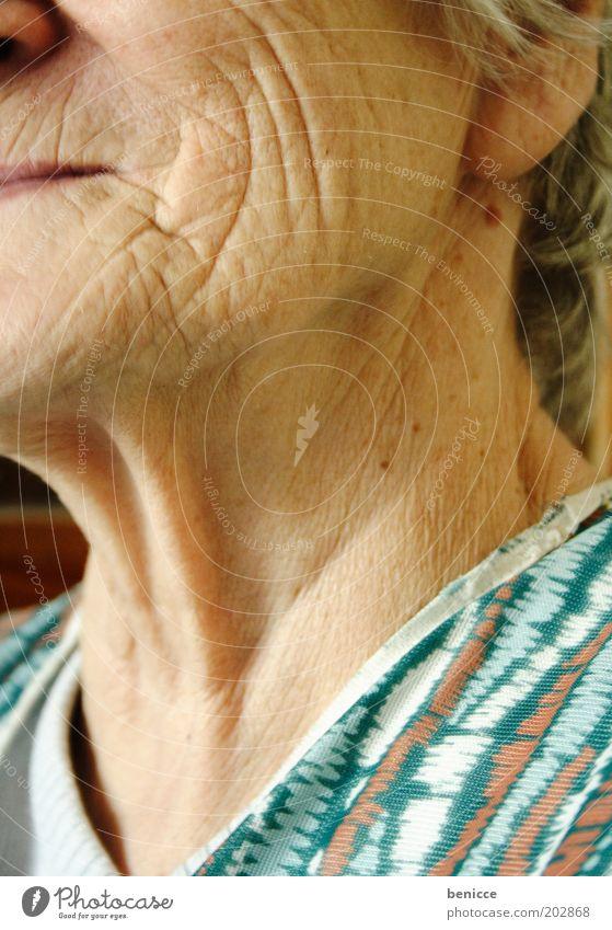 würdevoll altern Frau Mensch Senior Falte Hautfalten Gesicht Wange lachen Lächeln Hals Glück Leben Vergänglichkeit