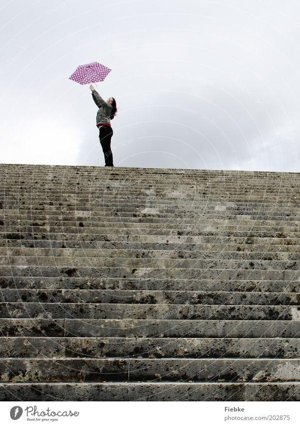 ausFlug Ausflug feminin Junge Frau Jugendliche 1 Mensch Treppe Stein Glück einzigartig grau violett Freude träumen Hoffnung Horizont Idee Lebensfreude
