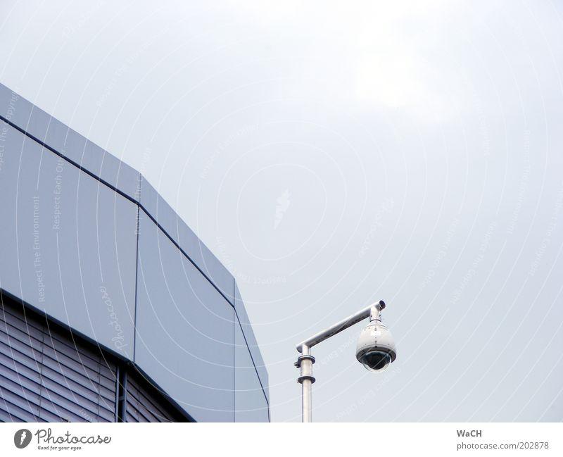 Guten Tag, Herr Überwachungsstaat! Genf Schweiz Europa Haus Park Platz Spielplatz Gebäude Architektur Fenster Dach Überwachungskamera Überwachungsgerät blau