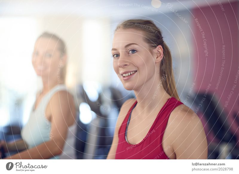 Attraktive Frau auf Tretmühle in der Turnhalle Mensch Jugendliche schön 18-30 Jahre Gesicht Erwachsene Lifestyle Sport Glück Textfreiraum Freizeit & Hobby blond