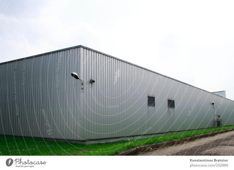 Lagerhalle Himmel grün Wiese Fenster Gras grau Gebäude Metall Fassade einfach silber Halle Natur Gegenlicht