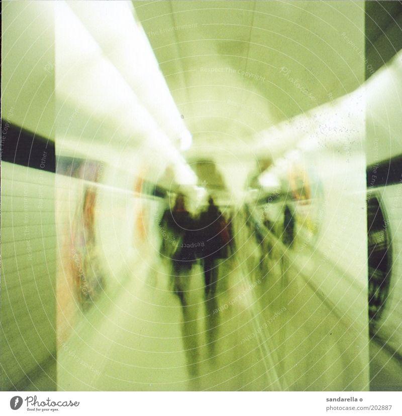 tube Mensch U-Bahn Gedeckte Farben Innenaufnahme Experiment Lomografie Kunstlicht Bewegungsunschärfe Zentralperspektive U-Bahnstation London Underground Tunnel