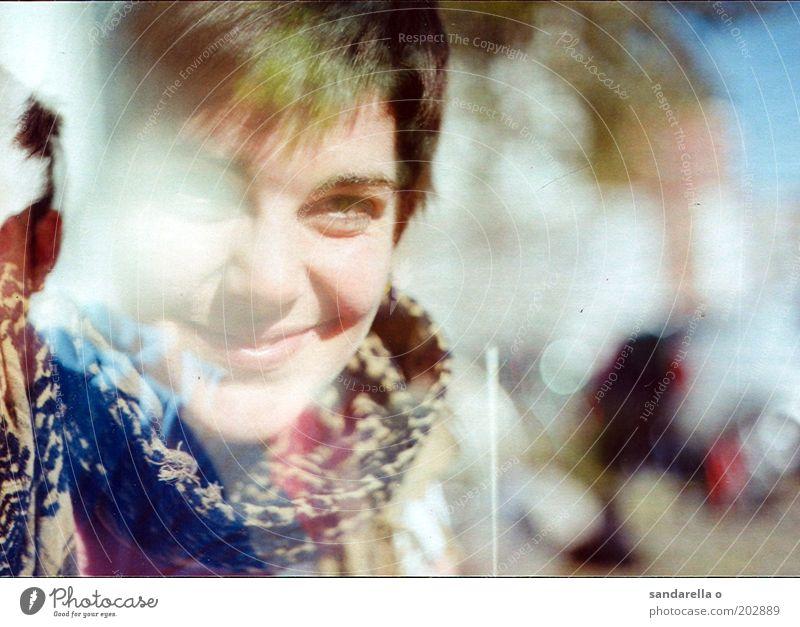 großstadtindianer feminin 1 Mensch 18-30 Jahre Jugendliche Erwachsene Schal Glück Lebensfreude Gedeckte Farben Außenaufnahme Experiment Lomografie