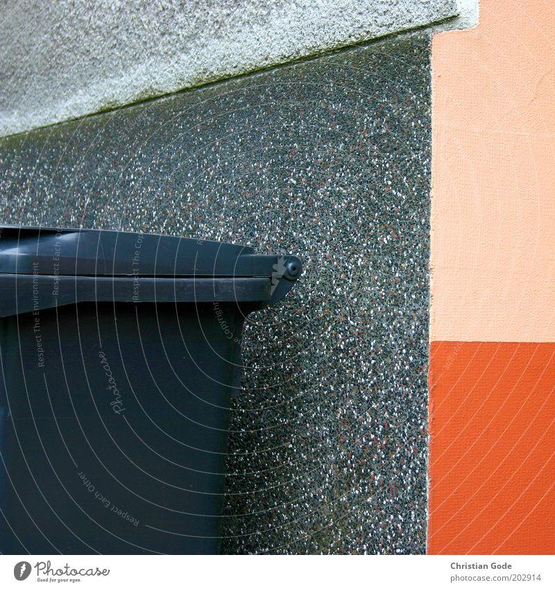Mülltonne Stein Beton Kunststoff grau Ecke Mauer Müllbehälter orange Müllabfuhr Hausmüll Bildausschnitt rosa Farbstoff Putz Farbfoto mehrfarbig Außenaufnahme