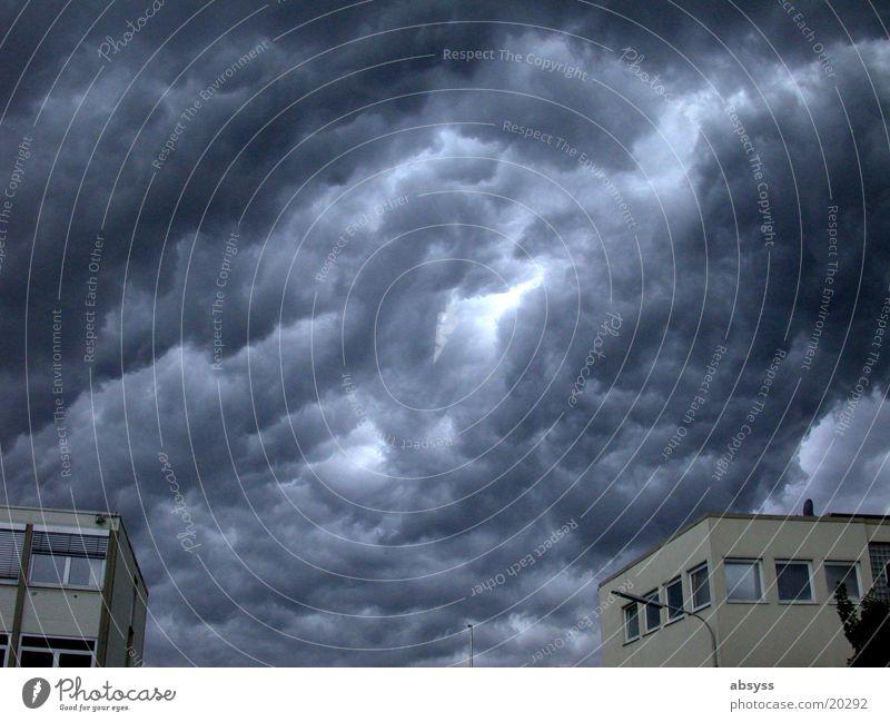 Weltuntergangsstimmung dunkel Wolken Donnern trüb Gewitterwolken Unwetter grau Regen Wetter blau