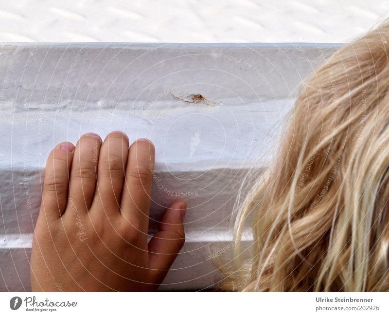 Übern Rand schauen (AST HH 5/10) Kind Hand Junge Haare & Frisuren Kopf Wasserfahrzeug blond klein Finger Ausflug Aussicht festhalten verstecken Schifffahrt