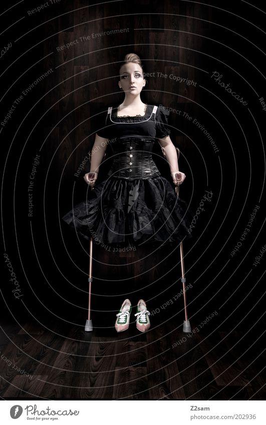 fashiondämon Mensch Jugendliche schön schwarz dunkel feminin Stil Schuhe Mode blond Erwachsene Design elegant ästhetisch Model