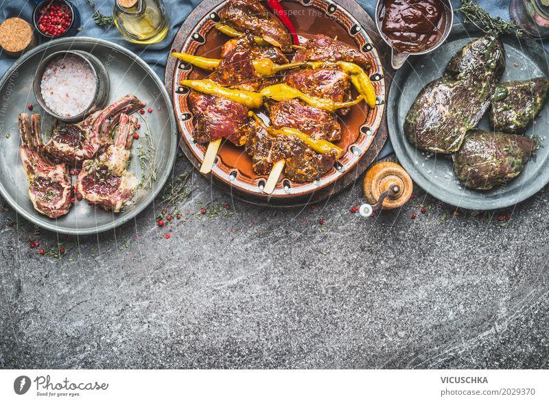 Verschiedene marinierte Fleisch fürs Grillen oder Braten Lebensmittel Kräuter & Gewürze Öl Ernährung Festessen Picknick Bioprodukte Geschirr Schalen & Schüsseln