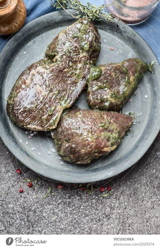 Mariniertes Steak fürs Grillen Lebensmittel Fleisch Ernährung Picknick Stil Design Tisch Küche Saucen Essen zubereiten Teller mariniert Pesto grün
