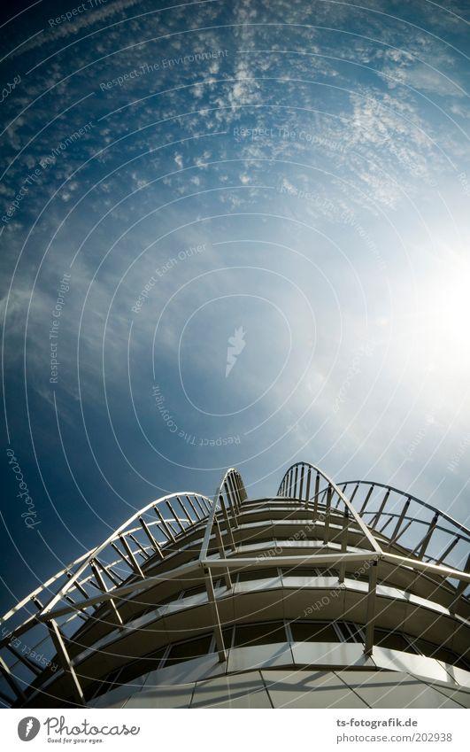 Rückkehr zur Erde II Himmel blau weiß Sommer Wolken Haus Architektur Fassade hoch modern Hochhaus Zukunft Bauwerk Schönes Wetter Hotel Weltall