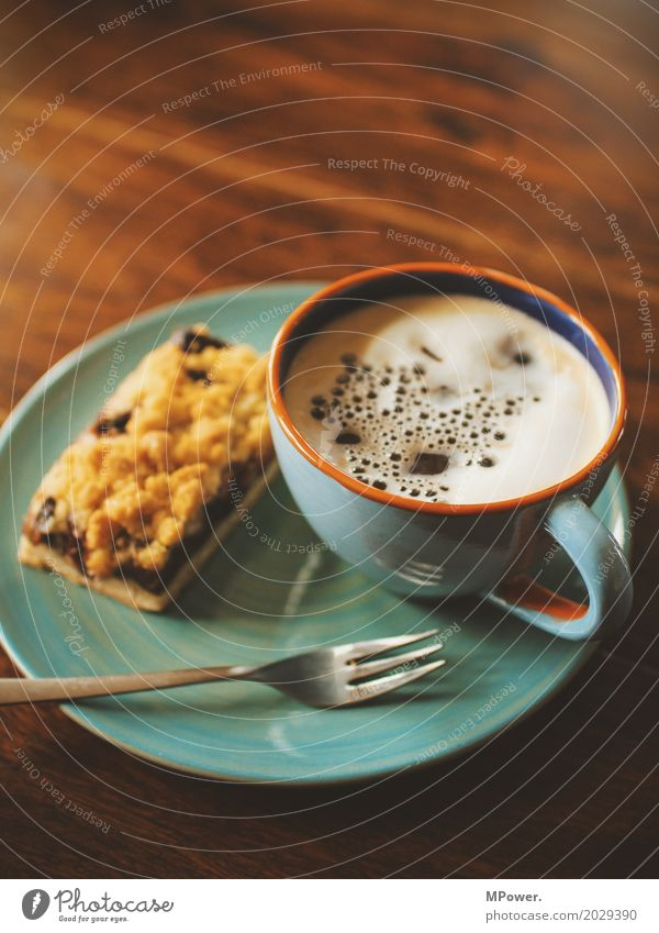 päuschen Lebensmittel Kuchen Dessert Süßwaren Kaffeetrinken Fastfood Fingerfood Kakao Geschirr Teller Tasse Becher genießen Gabel Schaum Holztisch Pause