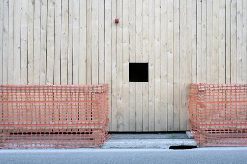 Dank Photocase das hier: Die Eleganz einer Baustelle erkennen. Holz Kunststoff grau rot schwarz Barriere Loch Warnleuchte Bretterzaun Linie Aussparung