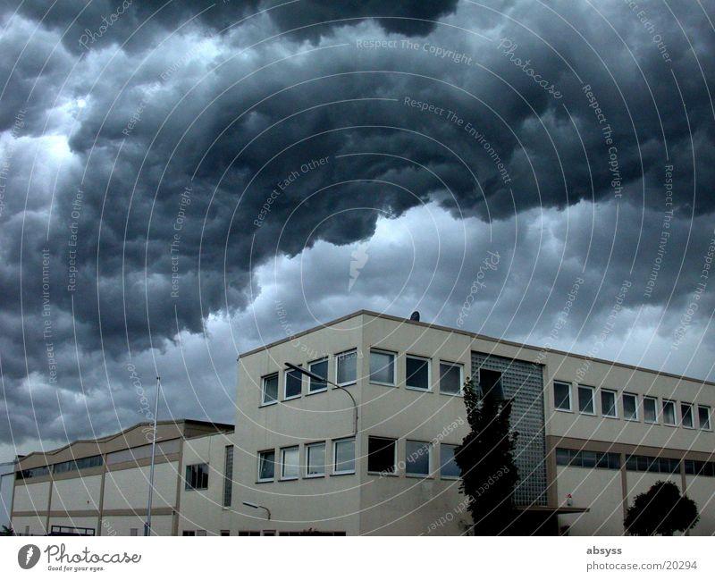 Weltuntergang II dunkel Wolken Donnern trüb Gewitterwolken dramatisch Licht bedrohlich gefährlich Natur Regen Schatten erschreckend dark clouds thunder