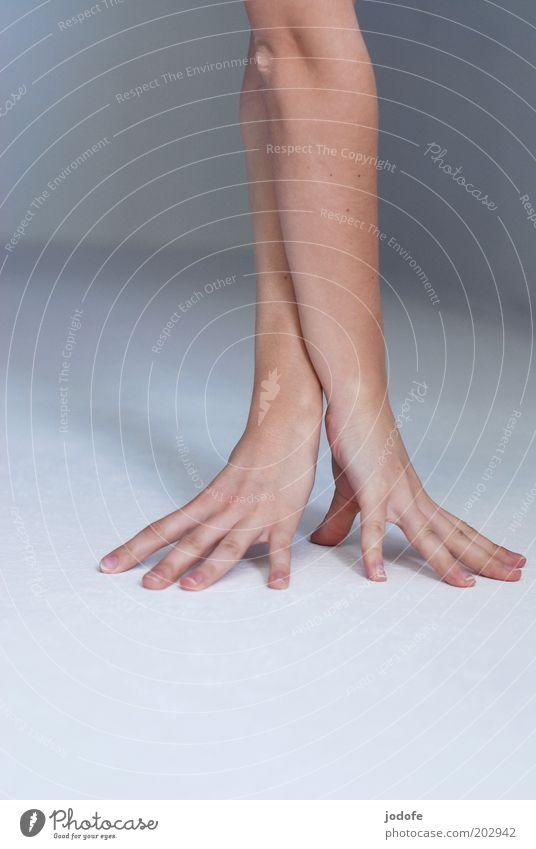 Handstand Mensch Jugendliche weiß Erwachsene Arme Finger Bodenbelag 18-30 Jahre Junge Frau sportlich abstützen spreizen verrenken