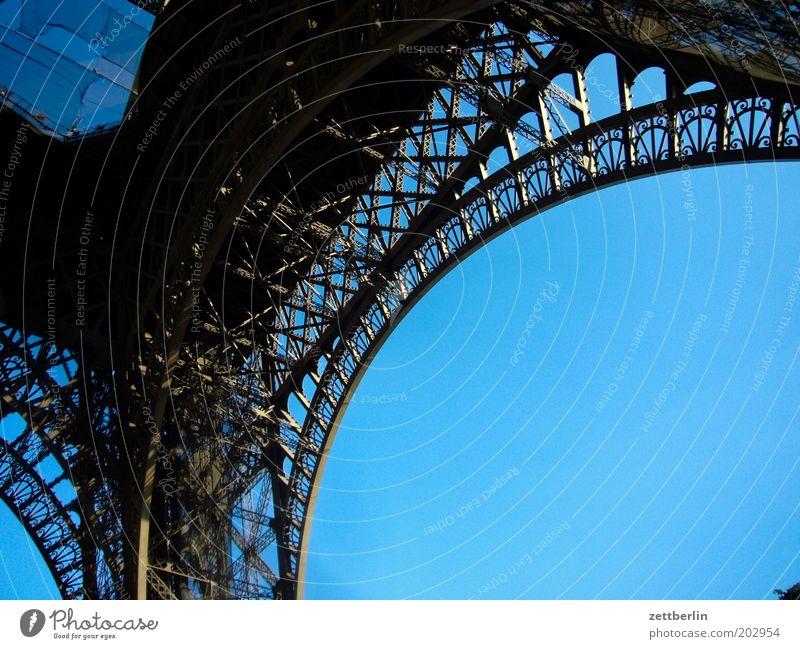 Eisenturm Himmel blau Sommer Ferien & Urlaub & Reisen Reisefotografie Paris Stahl Frankreich Wahrzeichen Konstruktion Eisen Bogen Strebe Fundament Tour d'Eiffel Städtereise