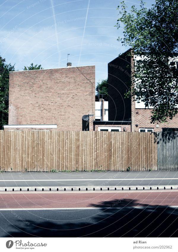 Hotel Yorba Wohnung England Stadt Haus Gebäude Mauer Wand Fassade Satellitenantenne Zaun Straße Studentenwohnheim trist Idylle Symmetrie Farbfoto Außenaufnahme