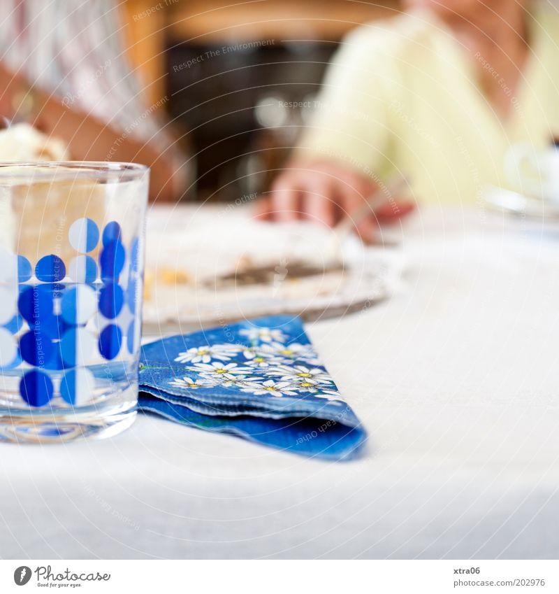 schwiegeroma hatte geburtstag Mensch Stimmung Glas Serviette Tortenheber Hand Tisch Festessen blau Farbfoto Innenaufnahme Textfreiraum unten Kaffeetrinken