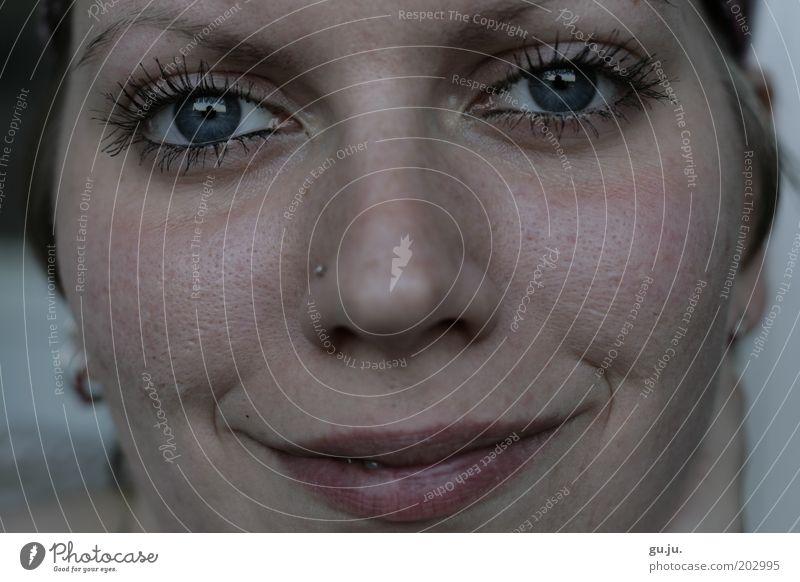 Verliebt Frau Mensch Jugendliche schön Gesicht Auge feminin Glück Mund Zufriedenheit Erwachsene Nase elegant Lippen authentisch Schminke