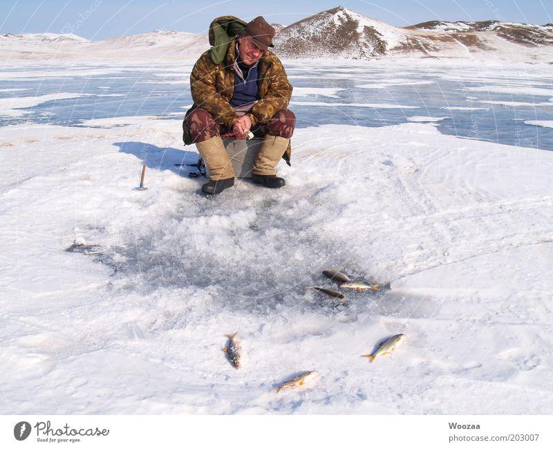 EIS FISCHEN BAIKAL Mann blau weiß Winter ruhig kalt Schnee Glück Erwachsene See braun Zufriedenheit Eis sitzen warten Abenteuer