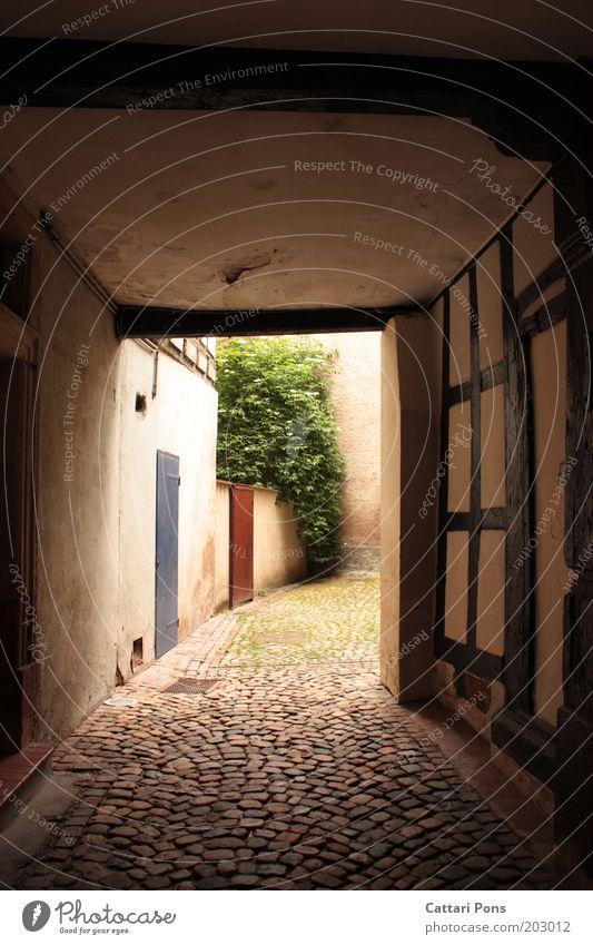Sackgasse? Dorf Stadt Altstadt Menschenleer Mauer Wand hell Gang Hof ungewiss Durchgang Hofeinfahrt Einfahrt Fachwerkfassade Fachwerkhaus Kopfsteinpflaster