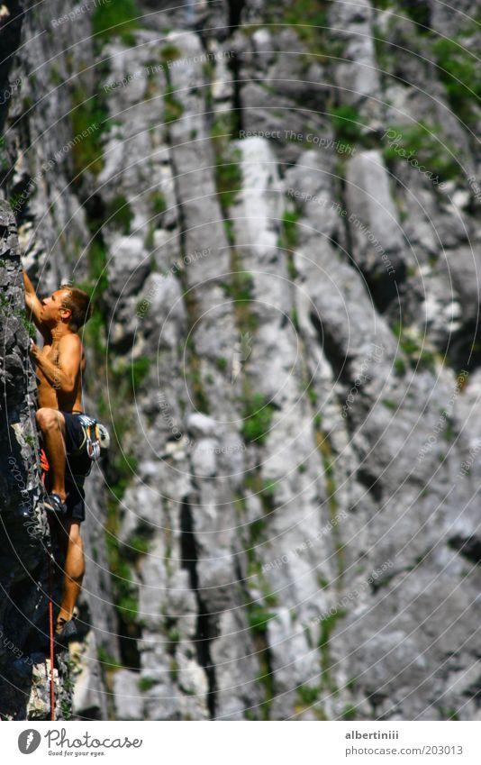 Endspurt Mensch Natur Sommer Freude Sport Berge u. Gebirge Umwelt Zufriedenheit Kraft Freizeit & Hobby Felsen maskulin Coolness außergewöhnlich Hügel Klettern
