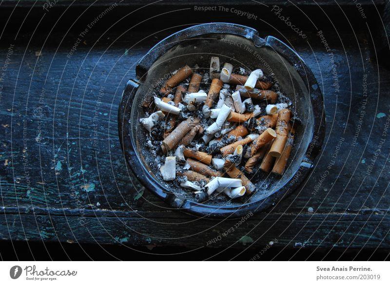 rauchfrei. Holz dreckig blau Genusssucht Fensterbrett Zigarette Aschenbecher Zigarettenasche Sucht Rauschmittel rund Filterzigarette Farbfoto Gedeckte Farben